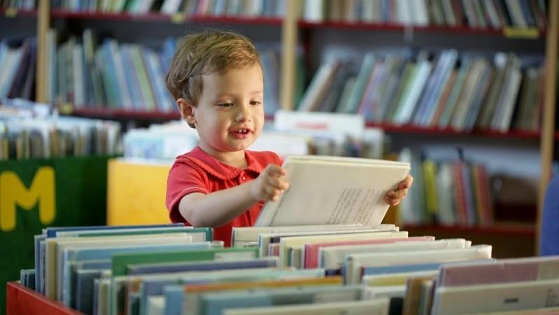 Otrok izbira knjigo